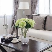 Plantas en florero de vidrio sobre mesa de madera en living comedor — Foto de Stock