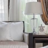 高級リビング ルームのソファの上の白い枕 — ストック写真