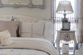 Luxus Schlafzimmer mit Lampe und Takt auf weißen Tisch — Stockfoto