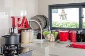 Salle de cuisine avec évier sur le comptoir et ustensile — Photo