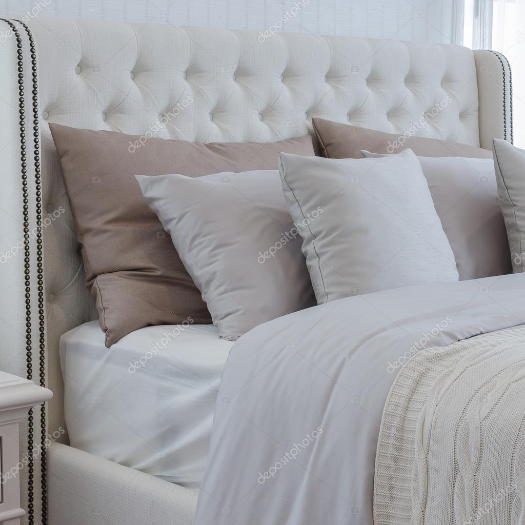 Kuddar pÃ¥ lyx säng i sovrummet — stockfotografi ...