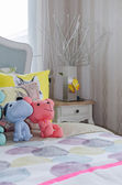 Colorful kid's bedroom with cute dolls on bed — Fotografia Stock