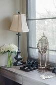 Lampe mit Vase der Pflanze auf Schminktisch — Stockfoto