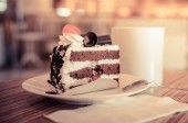Coffee cup and cake in coffee shop  — Stock Photo