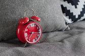 Röd Alarmklocka på sängen — Stockfoto