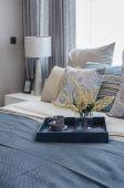 Bandeja de Copa e vidro vaso de planta na cama — Fotografia Stock