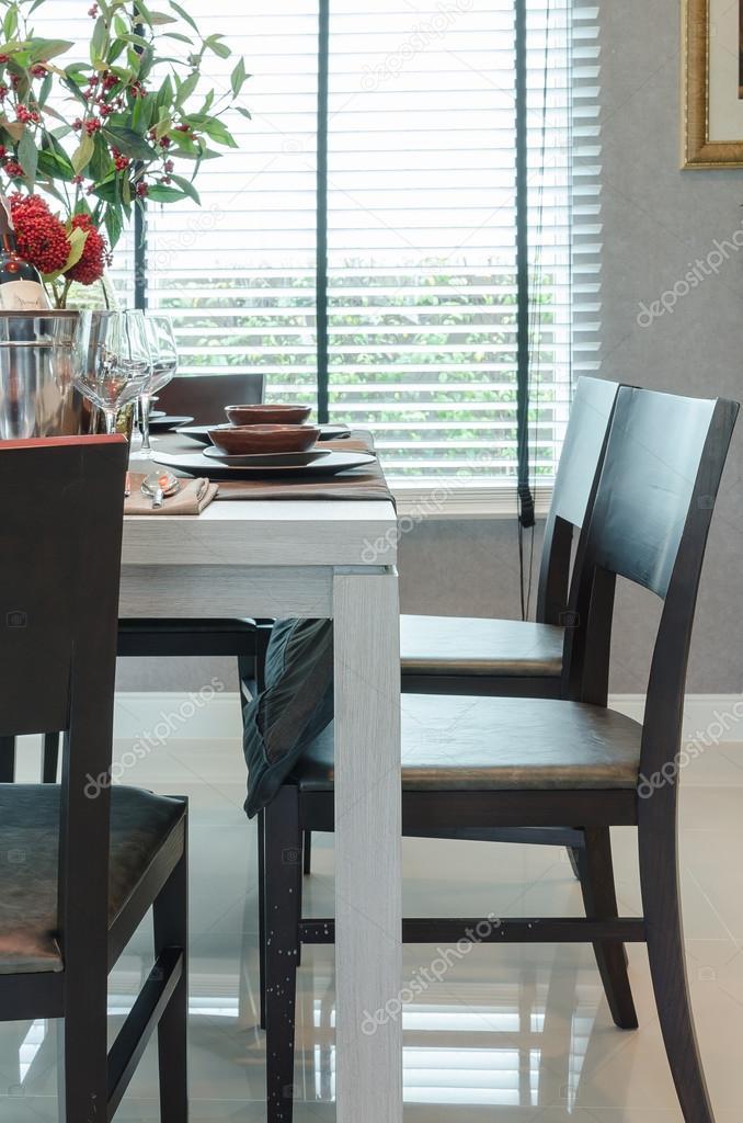 Mesa de comedor madera blanco con sillas de madera oscuras — Fotos ...