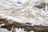 Грузовик автоприцепа на высокой дороге в chang la pass — Стоковое фото