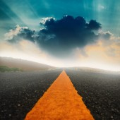 Long road and dramatic sky with sunray. — Stock Photo