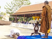Buddhist prostrate oneself to the monk — Stock Photo