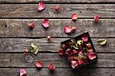 Rose petals inside open gift box. — Stockfoto