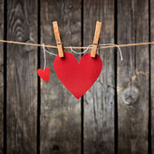 Two paper hearts hang on clothesline — Stockfoto