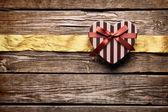 Gift box with wrinkled golden ribbon — Stockfoto