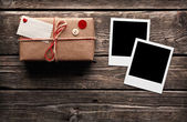 Blank photo frames and gift box — Stockfoto