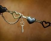 Металлические сердечки и металлический ключ — Стоковое фото