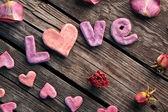 Любовь слова с лепестками розы — Стоковое фото