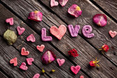 Word Love with rose petals — Stockfoto