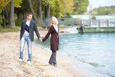 Paar am Strand herumlaufen — Stockfoto