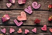 玫瑰花瓣撒满爱字 — 图库照片