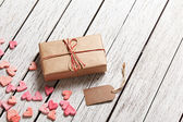 Gift box with blank gift tag and hearts — Stock Photo