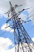 Башня линий электропередачи высокого напряжения на фоне голубого неба — Стоковое фото