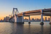 Sunset at Rainbow bridge with Tokyo tower in background — Stock Photo