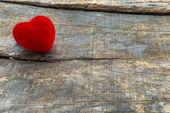 Red Valentine heart - symbol of love — Stock fotografie