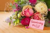 Roses bouquet and Valentine's Day card. — Zdjęcie stockowe