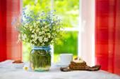 Kır çiçekleri ve Kahvaltı. — Stok fotoğraf