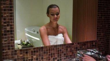 Linda mulher no banheiro — Vídeo stock
