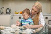 彼女は子供にはかなり若い主婦を料理します。 — ストック写真