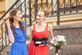 Cheerful young girls are traveling in town — Stock Photo