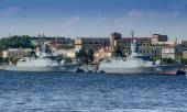 """Corvettes """"Persistent"""" and """"keepers"""" on the Neva river in St. Petersburg — Stock Photo"""
