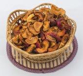 Trockene äpfel im korb — Stockfoto