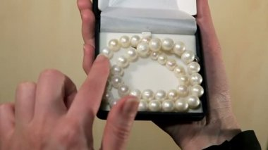 Admire the necklace of pearls — Stock Video