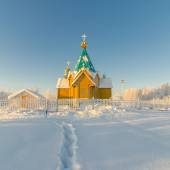 Snow trail leading to a wooden Orthodox Church — Stock Photo