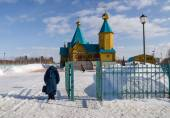 Two women bowed down in front of the Orthodox Church — Stock Photo