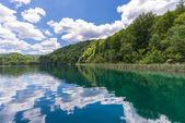 Göl Kozjak yansıması ile bir wonderfil peyzaj. — Stok fotoğraf