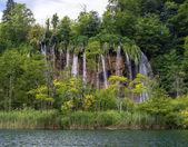 Удивительный тур водопад. На переднем плане озера. — Стоковое фото