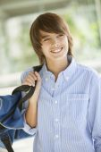 Teenager with backpack smiling — Stock fotografie