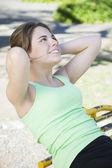 Uśmiechnięta kobieta robi ćwiczenia — Zdjęcie stockowe