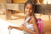 Girl with backpack smiling — Stockfoto
