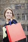 Woman holding shopping bag — ストック写真