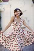 Retro elbise poz içinde kadın — Stok fotoğraf