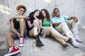 Przyjaciele pozowanie na zewnątrz — Zdjęcie stockowe