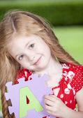 Garota segurar papel carta — Fotografia Stock