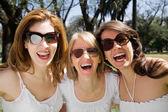 Przyjaciele szczęśliwy uśmiechający się — Zdjęcie stockowe