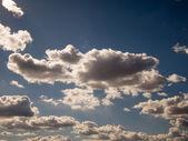 Nubes blancas y cielo azul — Foto de Stock