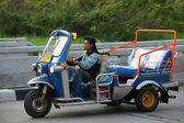 Unidentified taxi driver with traditional tuk-tuk in Chiangmai , Thailand. — Foto de Stock