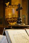 Gospel and wooden cross — Stock Photo